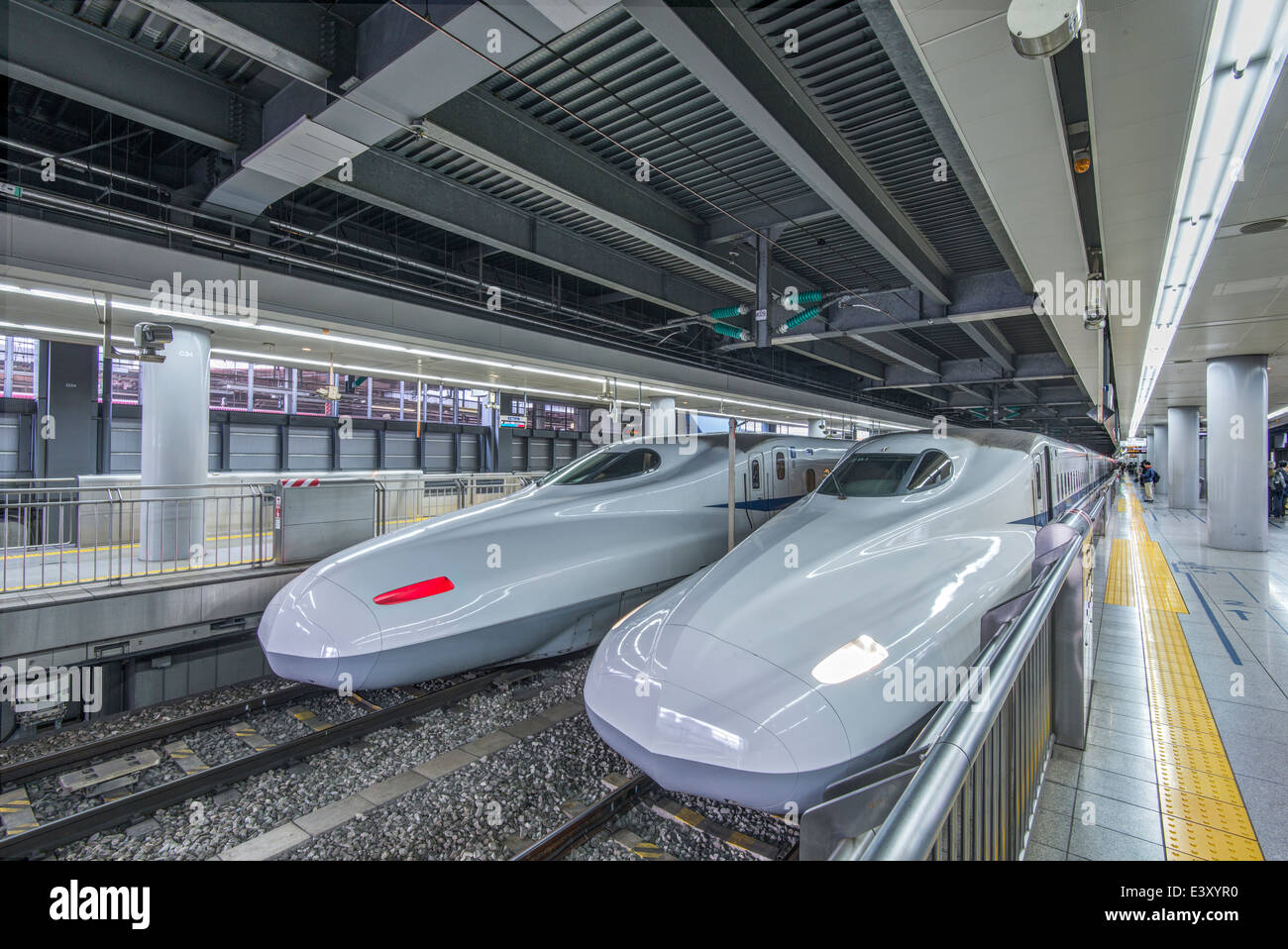 High speed trains in station, Tokyo, Japan - Stock Image