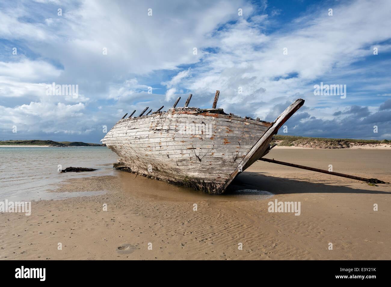 Bunbeg, Donegal : boat wreck on an Irish beach - Stock Image