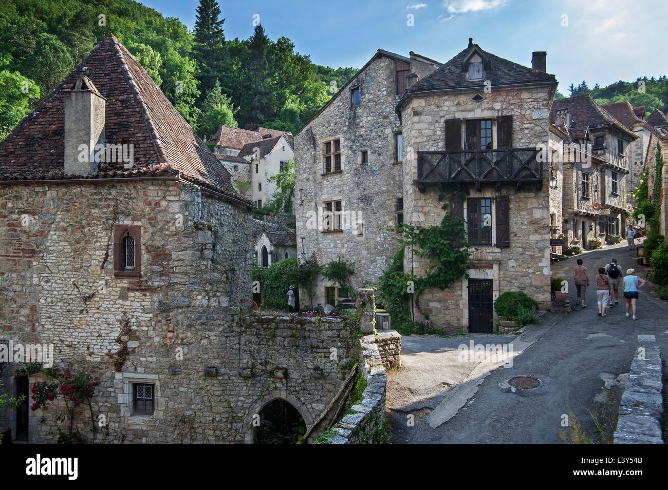 Tourists walking through the medieval village Saint-Cirq-Lapopie, Lot, Midi-Pyrénées, France - Stock Image