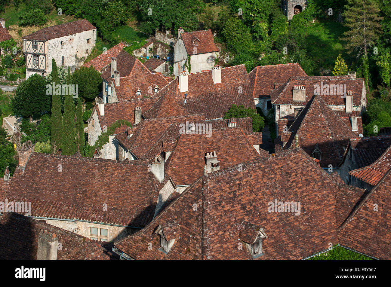 Red tiled roofs of houses at the medieval village Saint-Cirq-Lapopie, Lot, Midi-Pyrénées, France - Stock Image