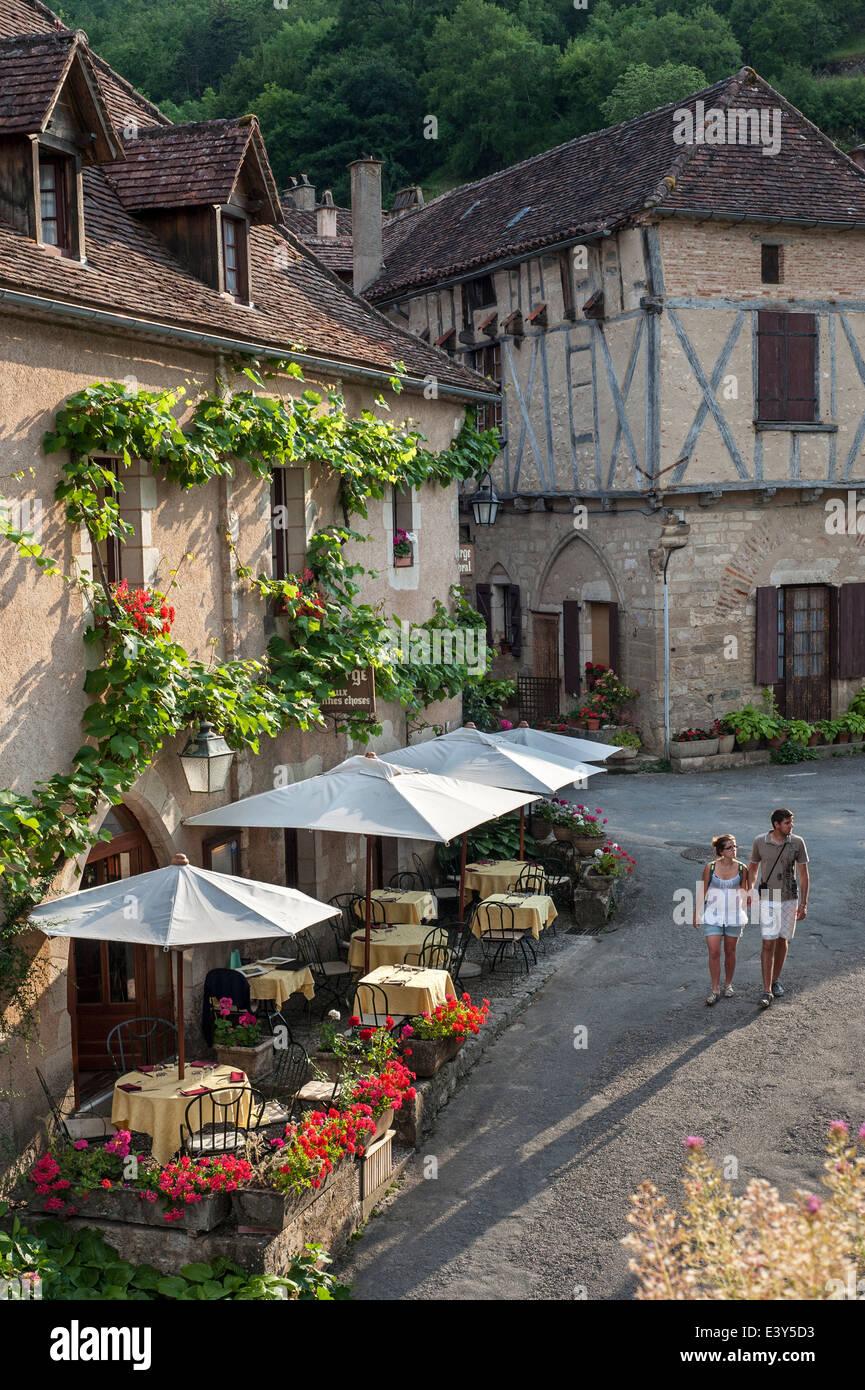 Tourists visiting restaurant in the medieval village Saint-Cirq-Lapopie, Lot, Midi-Pyrénées, France - Stock Image
