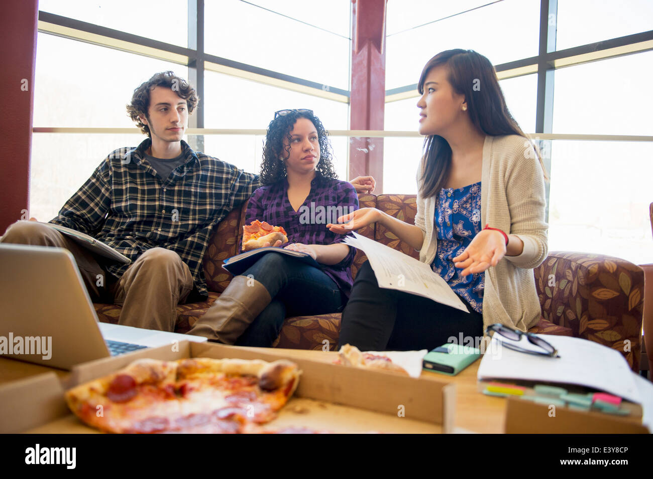 Students in common room eating pizza - Stock Image