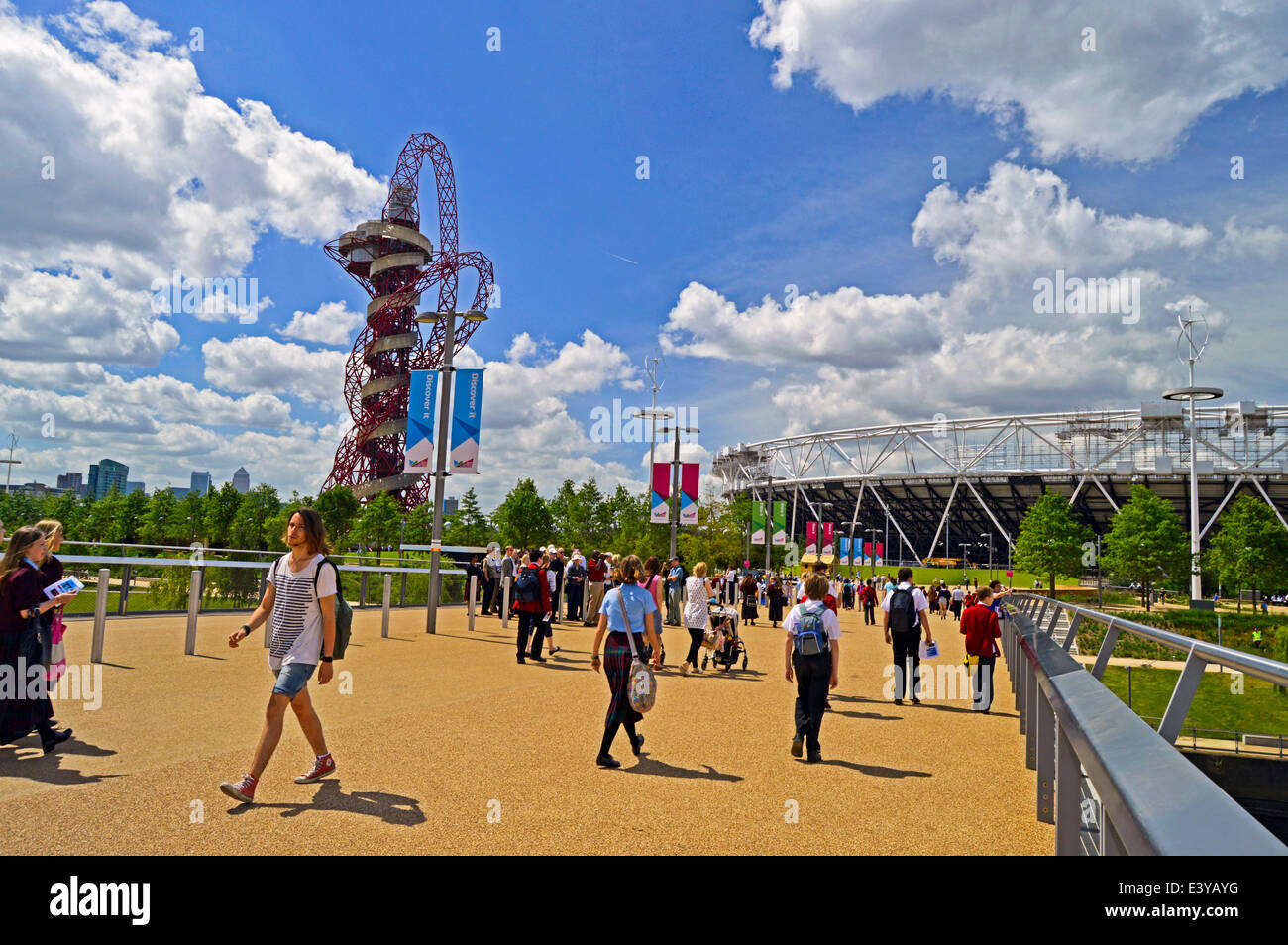 View of the ArcelorMittal Orbit and the Olympic Stadium (new home of West Ham United F.C.) at the Queen Elizabeth - Stock Image