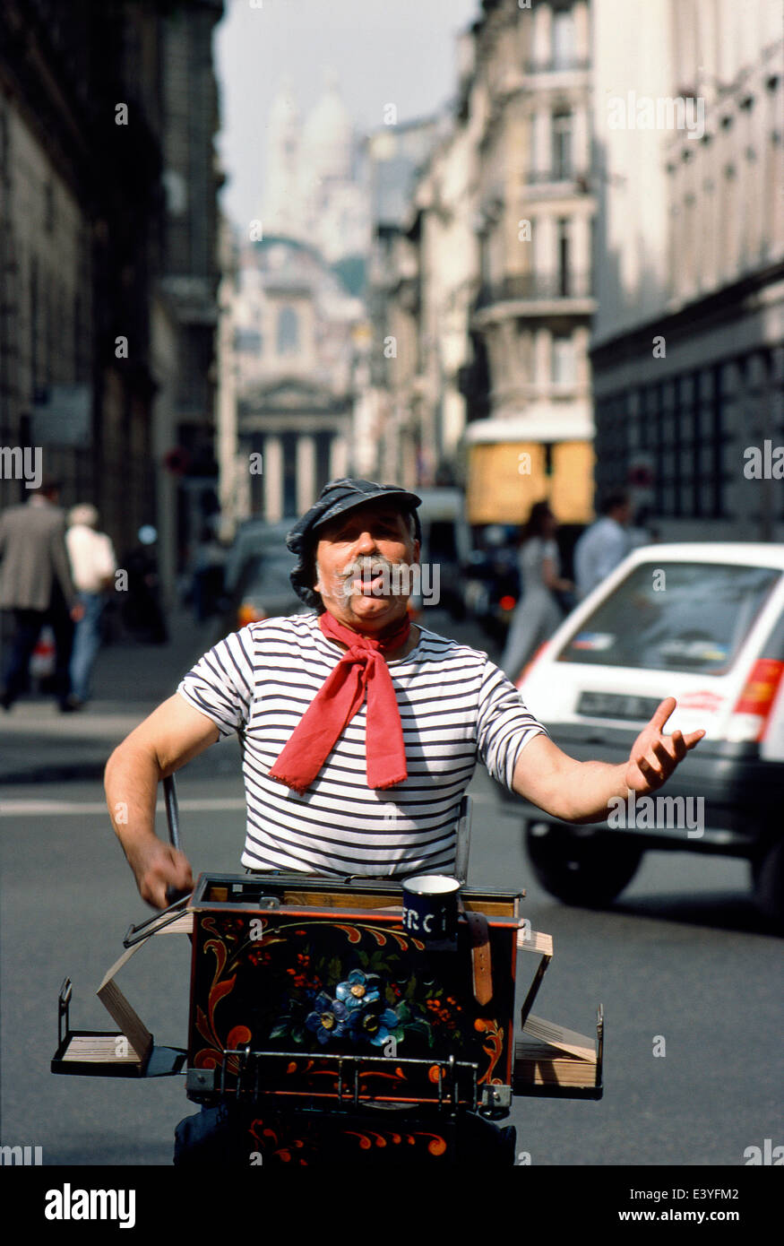 FRANCE-PARIS-THE STREET SINGER AND ORGAN GRINDER RETRO IN FULL CHANT WITH SACRE COEUR IN THE DISTANCE. PHOTO:JONATHAN - Stock Image