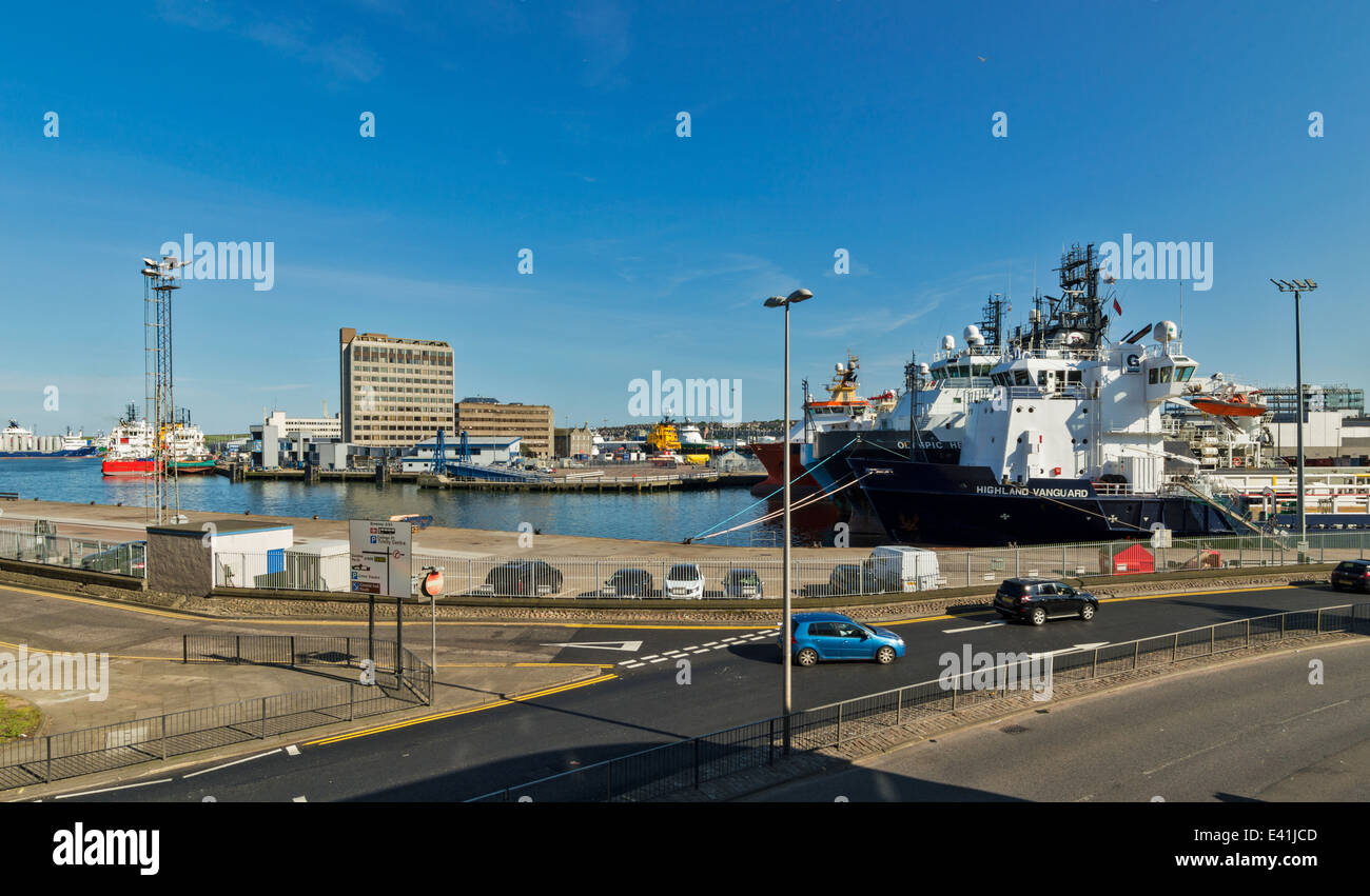 ABERDEEN CITY CENTRE AND HARBOUR  SHOWING REGENT QUAY WITH MOORED SHIPS SCOTLAND - Stock Image