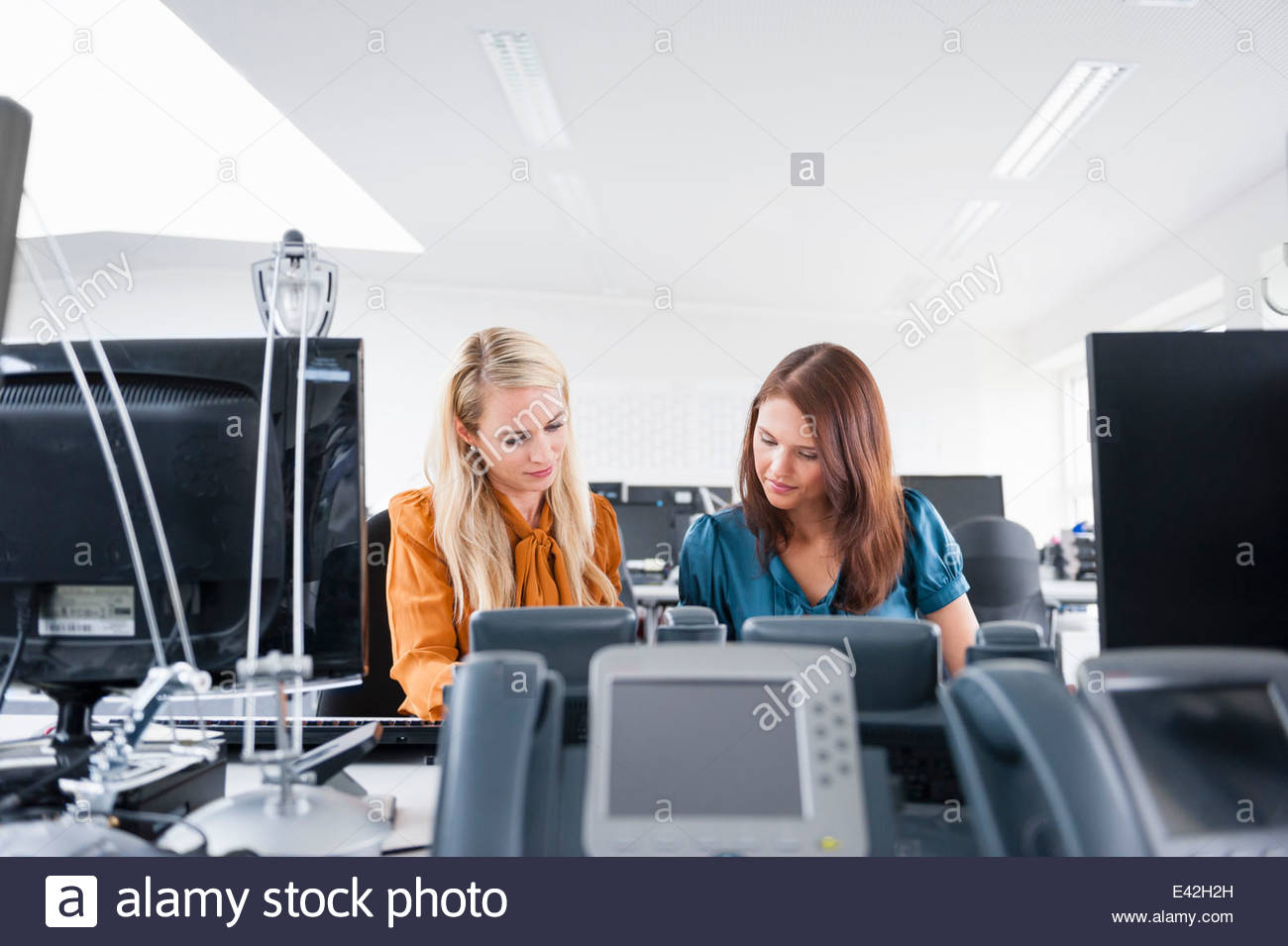 Office workers at desk - Stock Image
