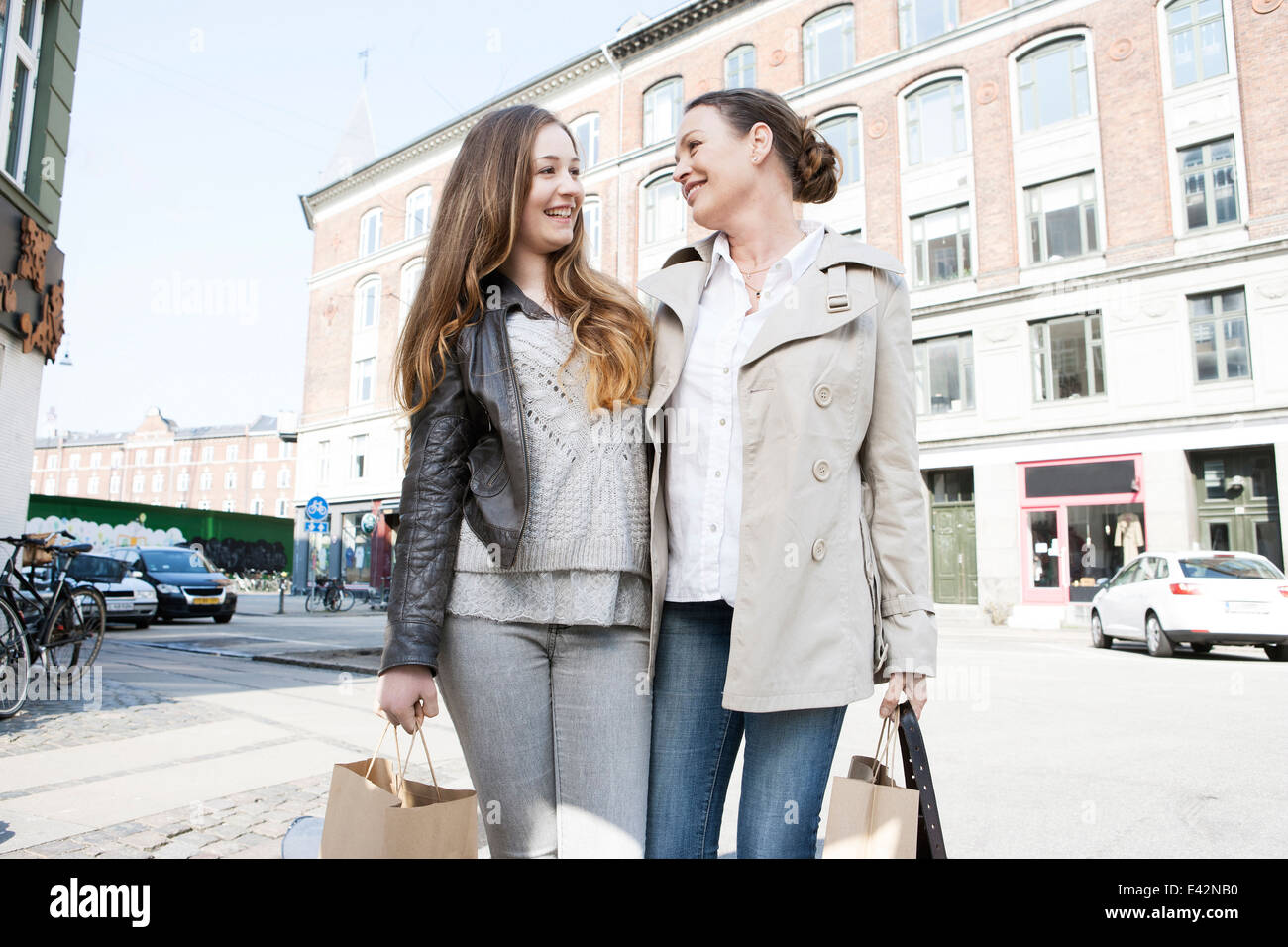 Mother and teenage daughter shopping on city street - Stock Image