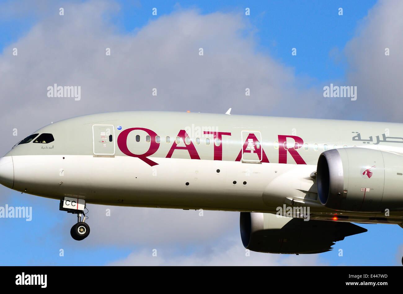 Qatar dreamliner  landing at Heathrow - Stock Image