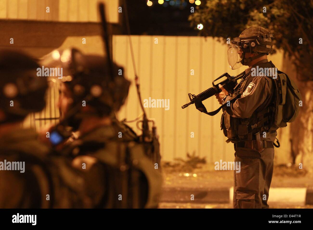 Bethlehem. 2nd July, 2014. Israeli soldiers take positions during clashes with Palestinian youths near Rachel's - Stock Image