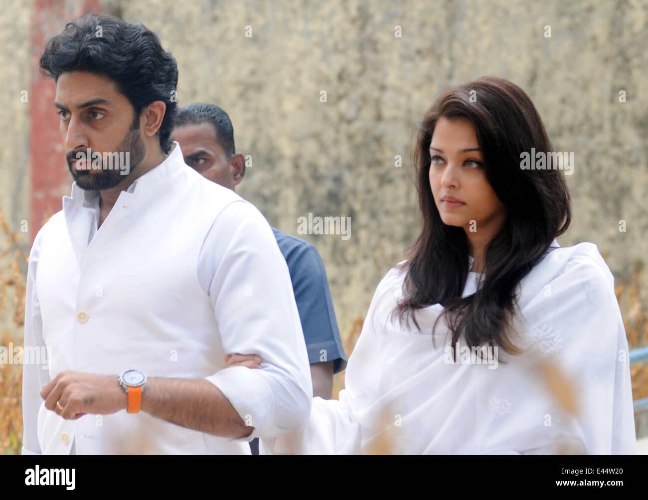 Mumbai, India. 2nd July, 2014. Bollywood actor Abhishek Bachchan (L) and his wife Aishwarya Rai arrive at the funeral - Stock Image
