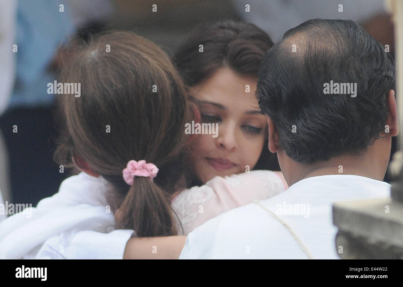 Mumbai, India. 2nd July, 2014. Bollywood actor Aishwarya Rai (C) consoles Nita Ambani on the funeral of her father - Stock Image