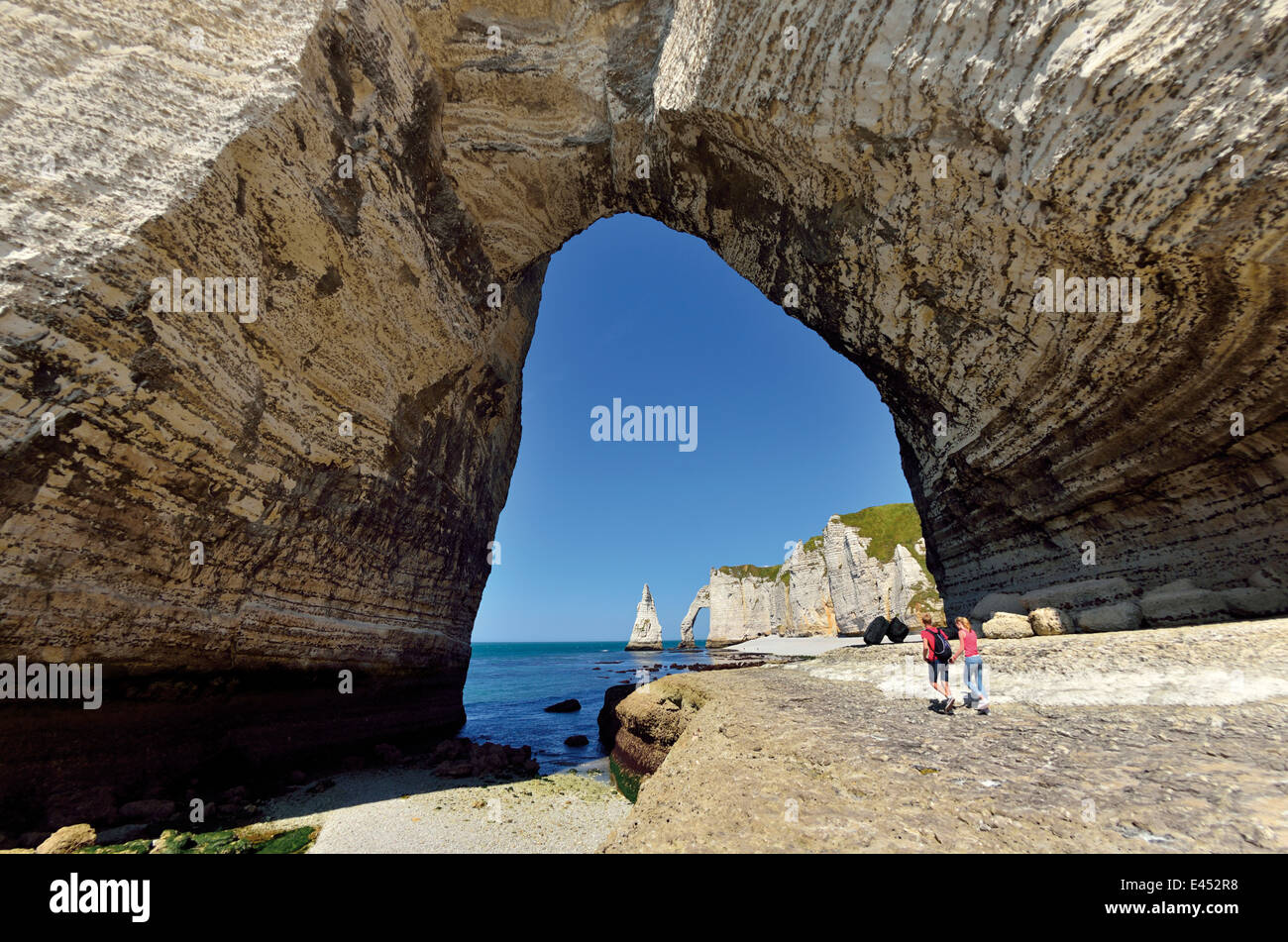 France, Normandy: Rock arc with view of chalk cliffs of Etretat - Stock Image