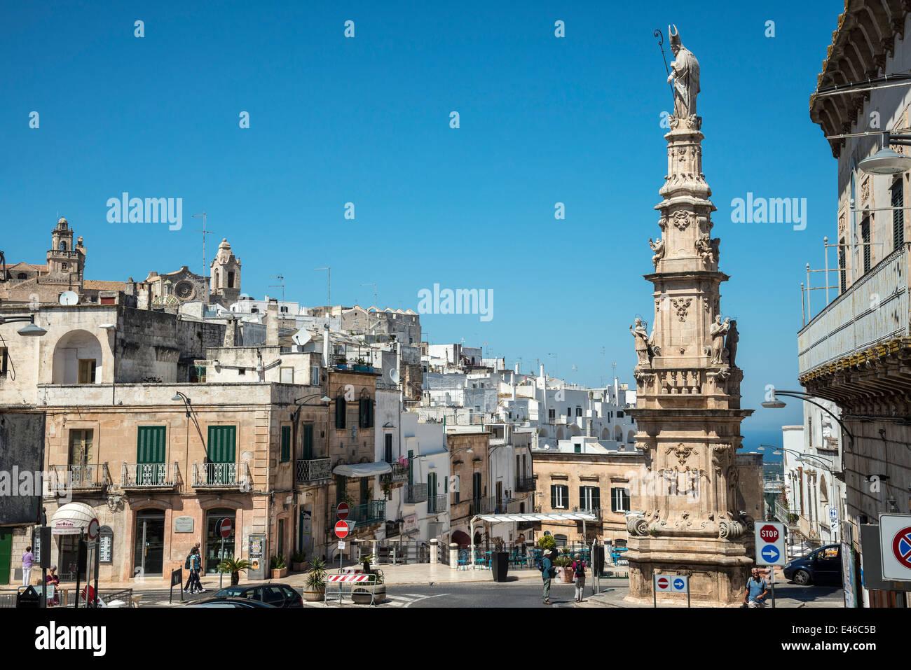 The Piazza della Liberta and monument to St. Oronzo at Ostuni, Puglia, Italy - Stock Image