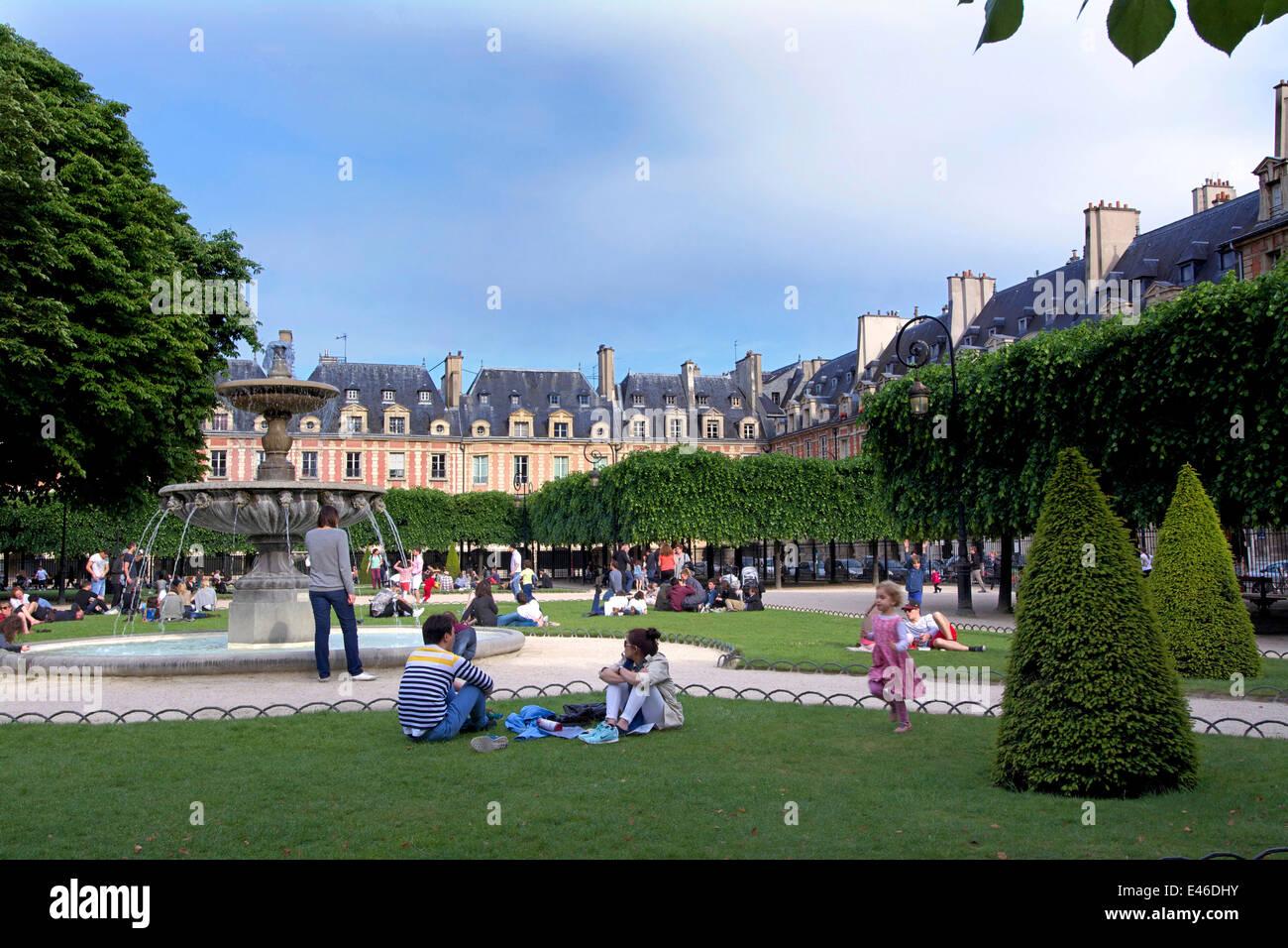 Place des Vosges with tourists, Paris, France - Stock Image