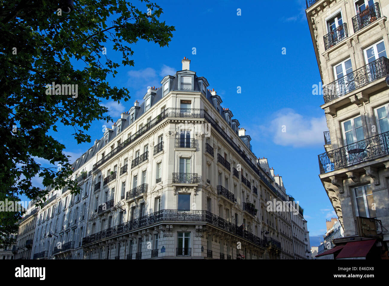Traditional apartment building in Paris, France - Stock Image