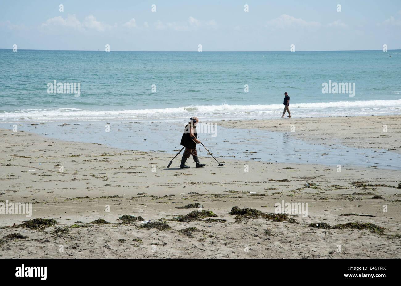 Jew Detector: Man Metal Detector Searching Beach Stock Photos & Man