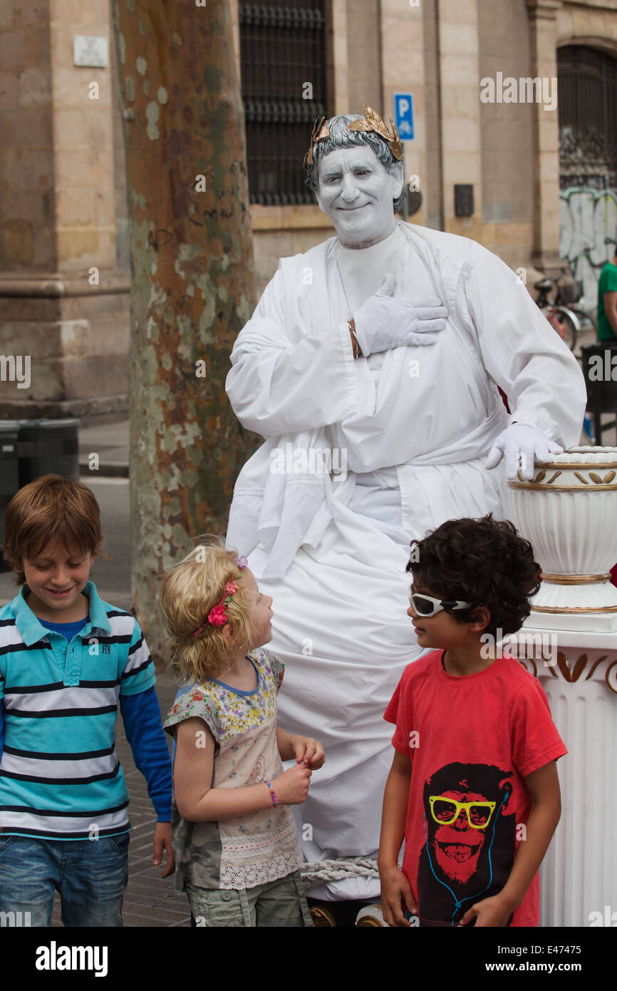 Street mime artist acting as Julius Ceasar, posing with children on La Rambla in Barcelona, Catalonia, Spain. - Stock Image
