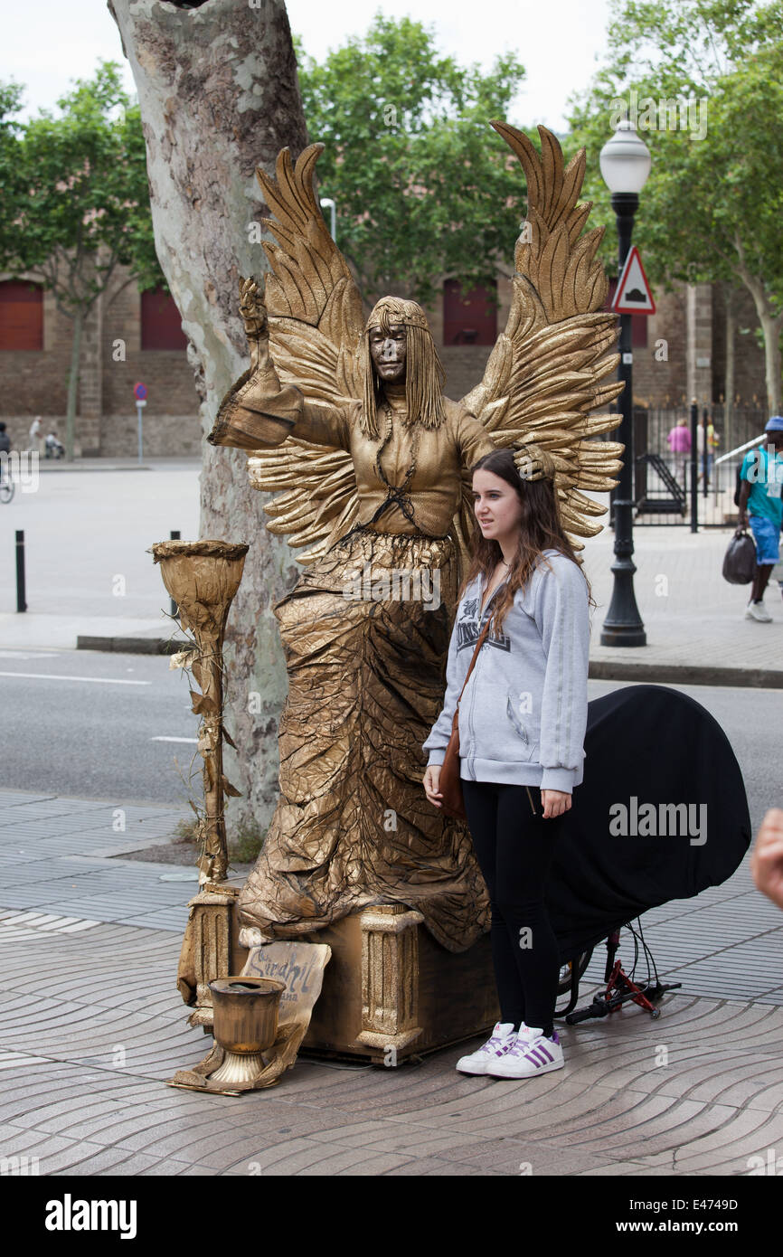 Street mime artist as an angel with girl, performing on La Rambla in Barcelona, Catalonia, Spain. - Stock Image