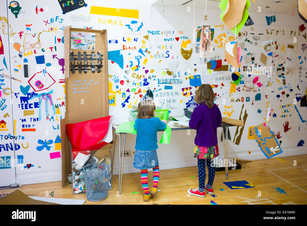 Children making artwork for Atelier Public 2 exhibition of artworks created by the public in Gallery of Modern Art - Stock Image