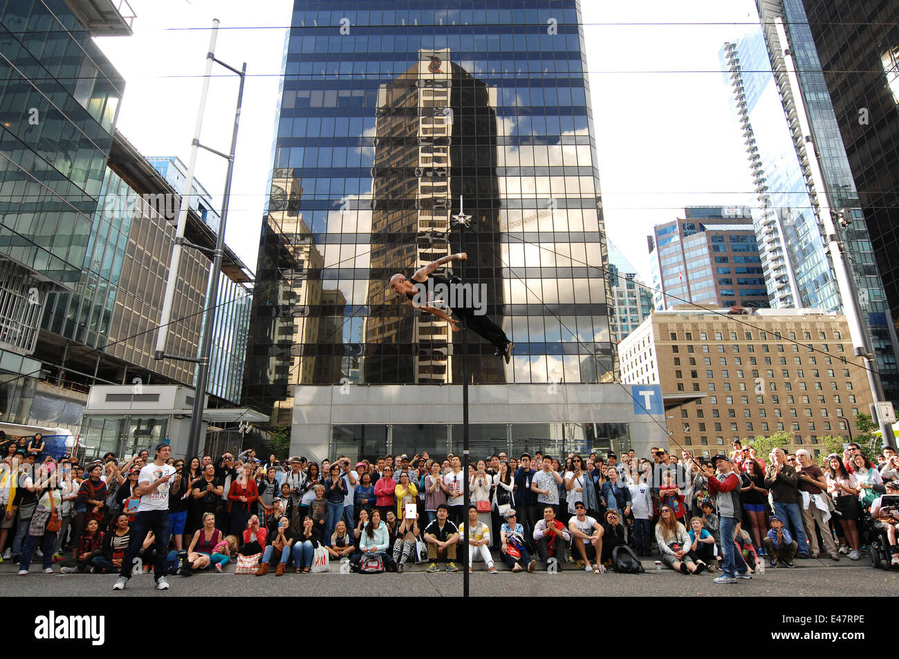 Vancouver, Canada. 4th July, 2014. Street performers entertain spectators in downtown Vancouver, Canada, July 4, - Stock Image