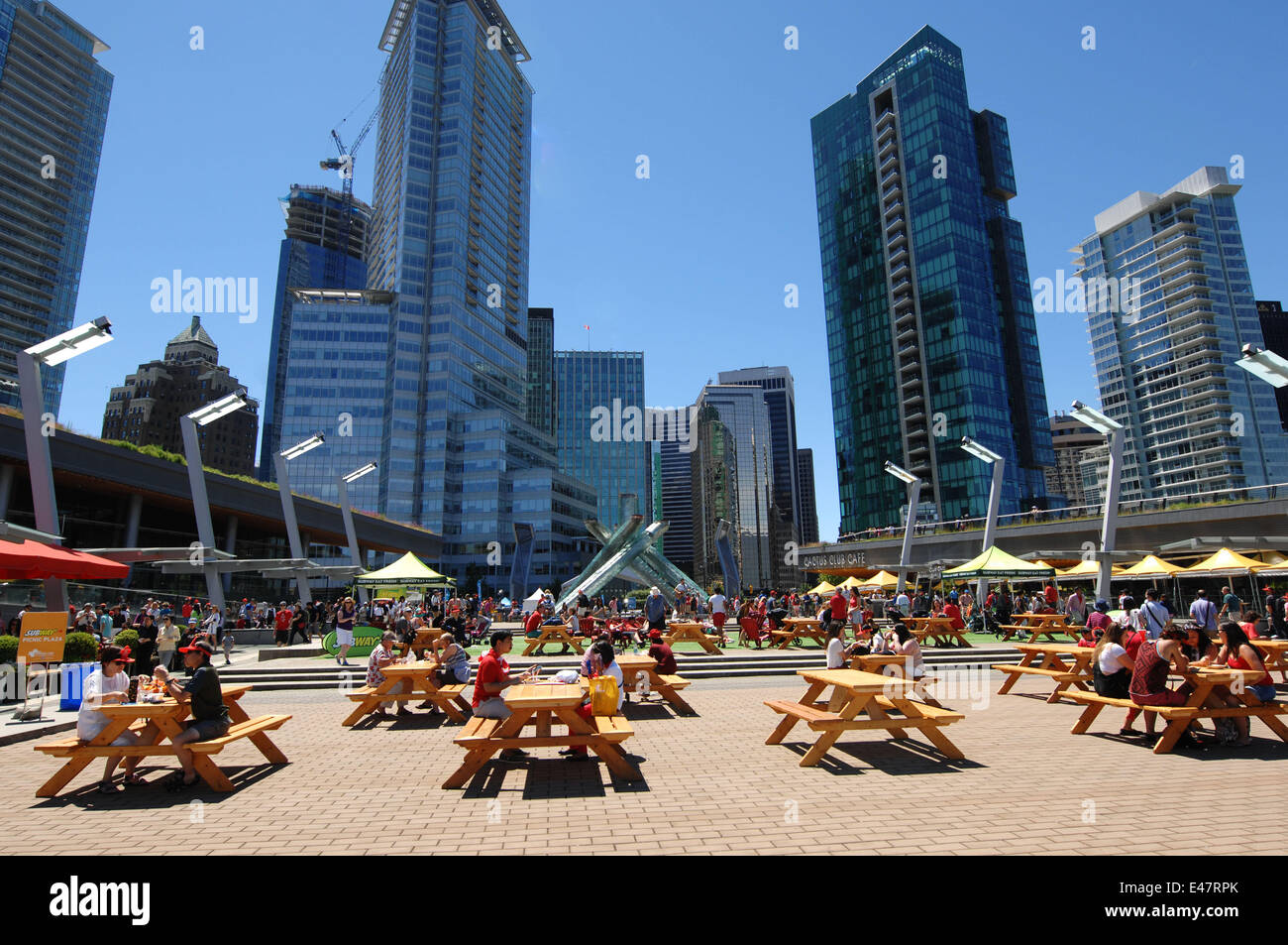 Vancouver, Canada. 4th July, 2014. People enjoy sunny day at Jack Poole plaza in Vancouver, Canada, July 4, 2014. - Stock Image