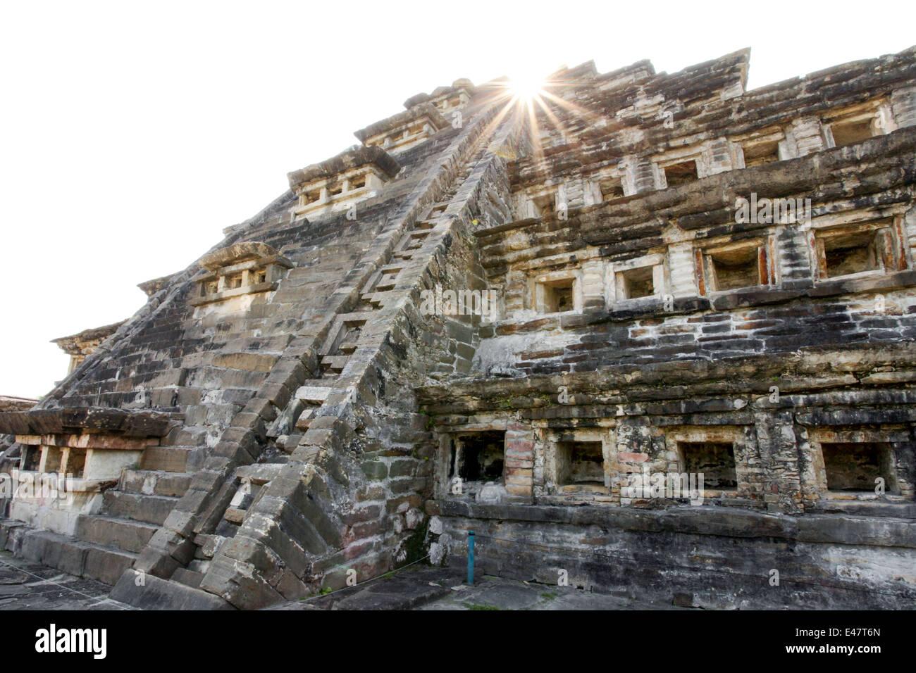Sunburst over pyramid of the Niches in Tajin, Veracruz, Mexico. - Stock Image