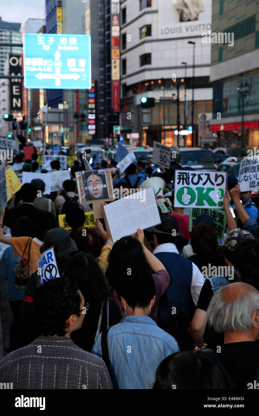 July 5, 2014, Tokyo, Japan - Protesters hold placards against the cabinet's decision to change the article 9 - Stock Image