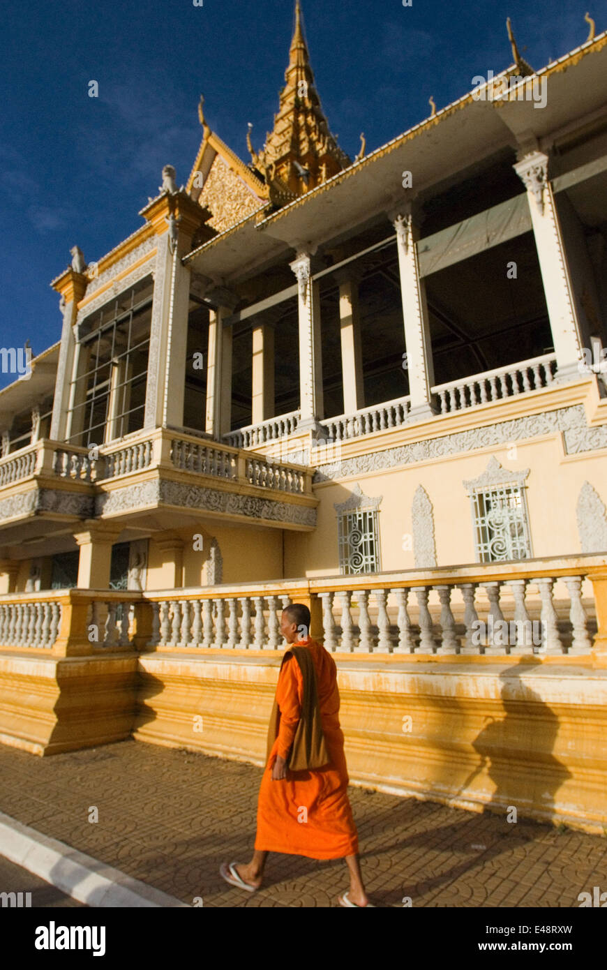 Monks walk outside the Royal Palace. Phnom Penh. Gleaming in gold, the Royal Palace is one of Phnom Penh?s most - Stock Image