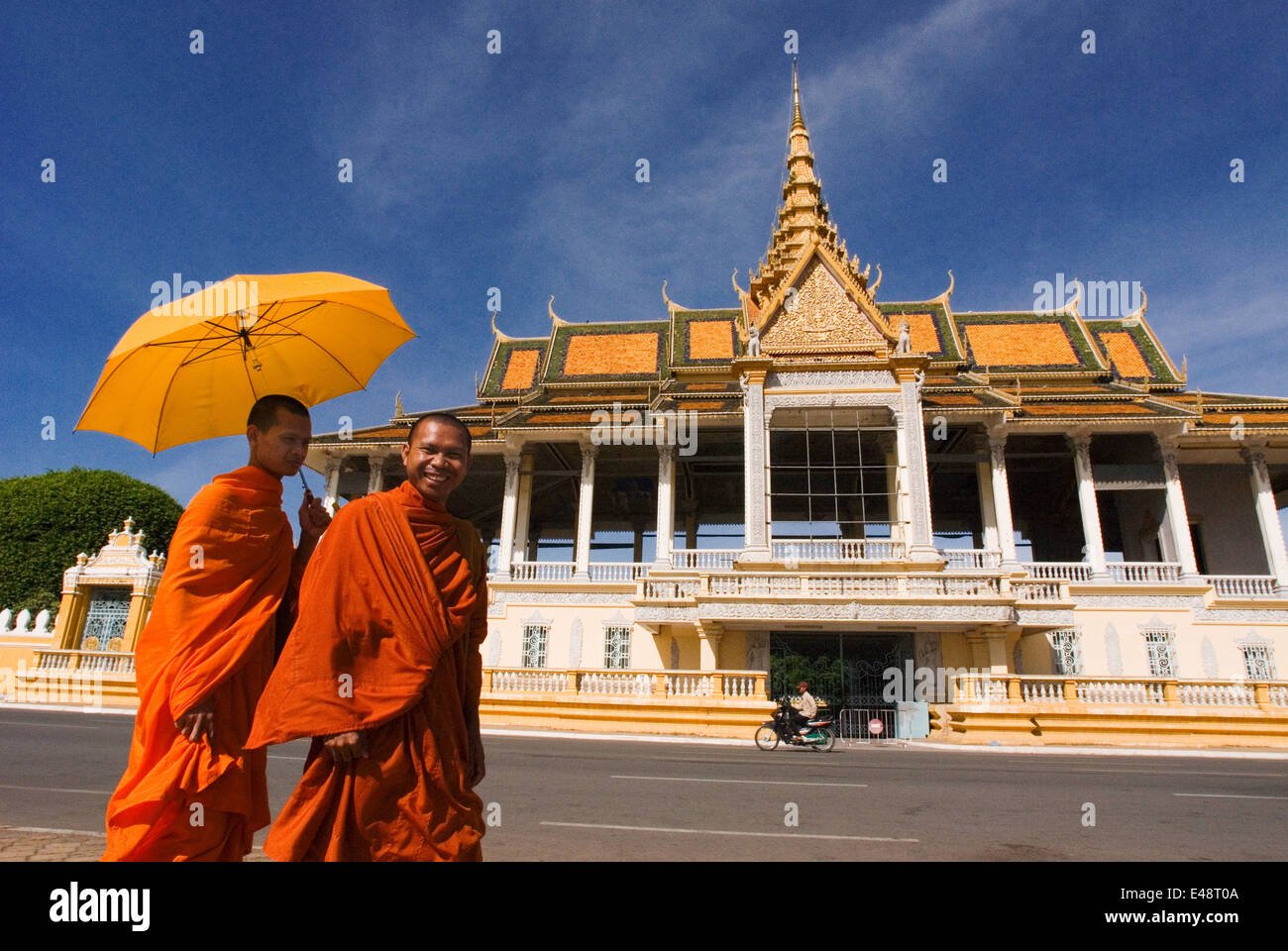 Monk walk outside the Royal Palace. Phnom Penh. The Royal Palace of Cambodia is a complex of buildings, even though - Stock Image