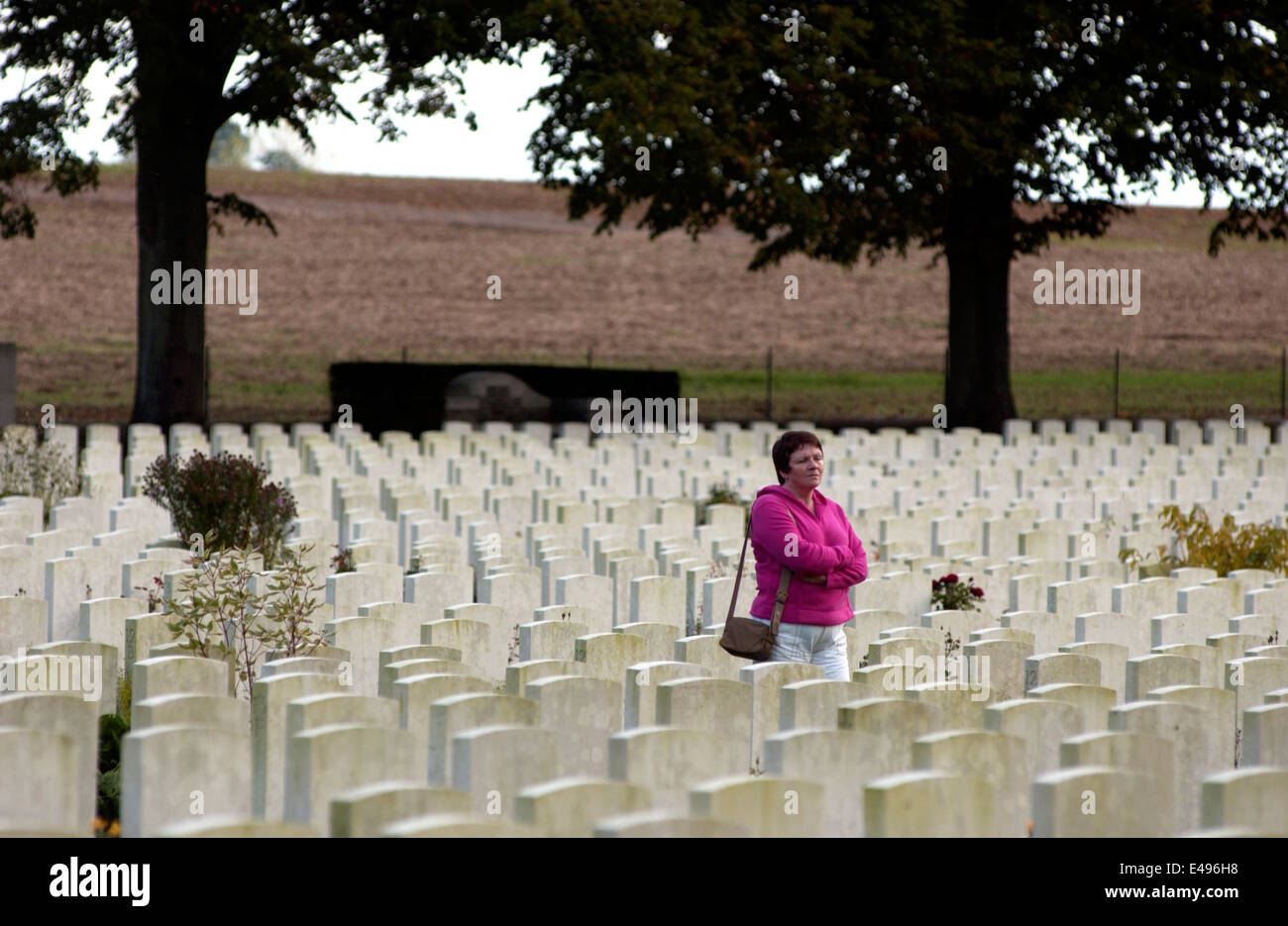 DELVILLE WOOD,FRANCE-SOMME-A VISITOR SURVEYS THE HUGE SOUTH AFRICAN WAR GRAVES CEMETERY. PHOTO:JONATHAN EASTLAND/AJAX - Stock Image