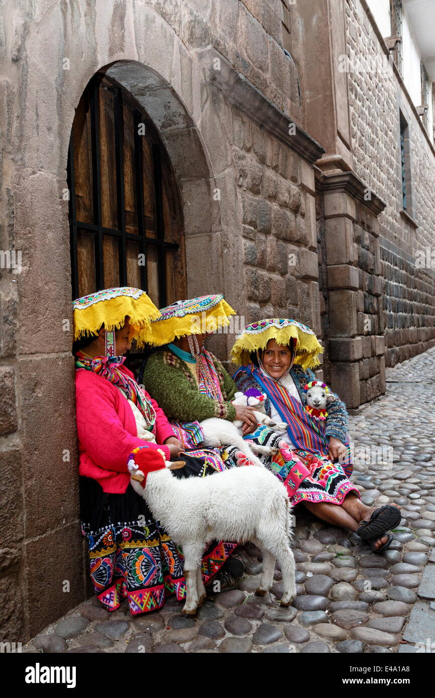 Quechua women in traditional dress at Calle Loreto, Cuzco, Peru, South America - Stock Image