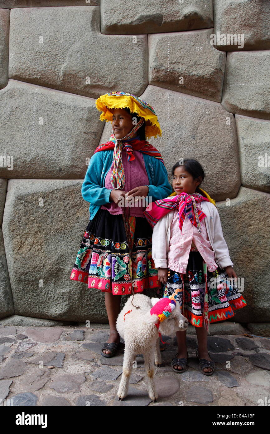 Portrait of Quechua mother and daughter, Cuzco, Peru, South America - Stock Image