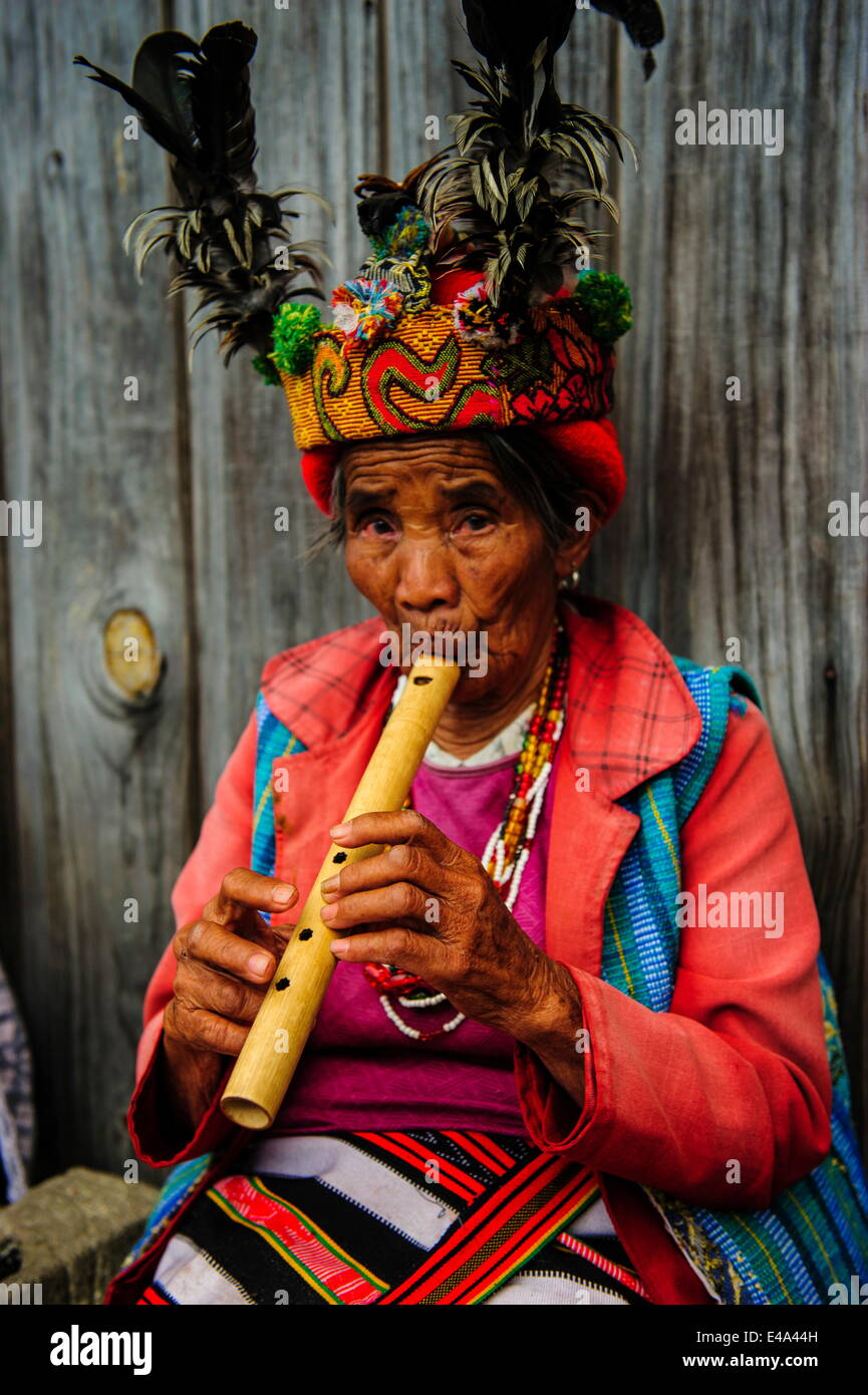 Traditional dressed Ifugao women playing the flute in Banaue, UNESCO, Northern Luzon, Philippines, Southeast Asia - Stock Image
