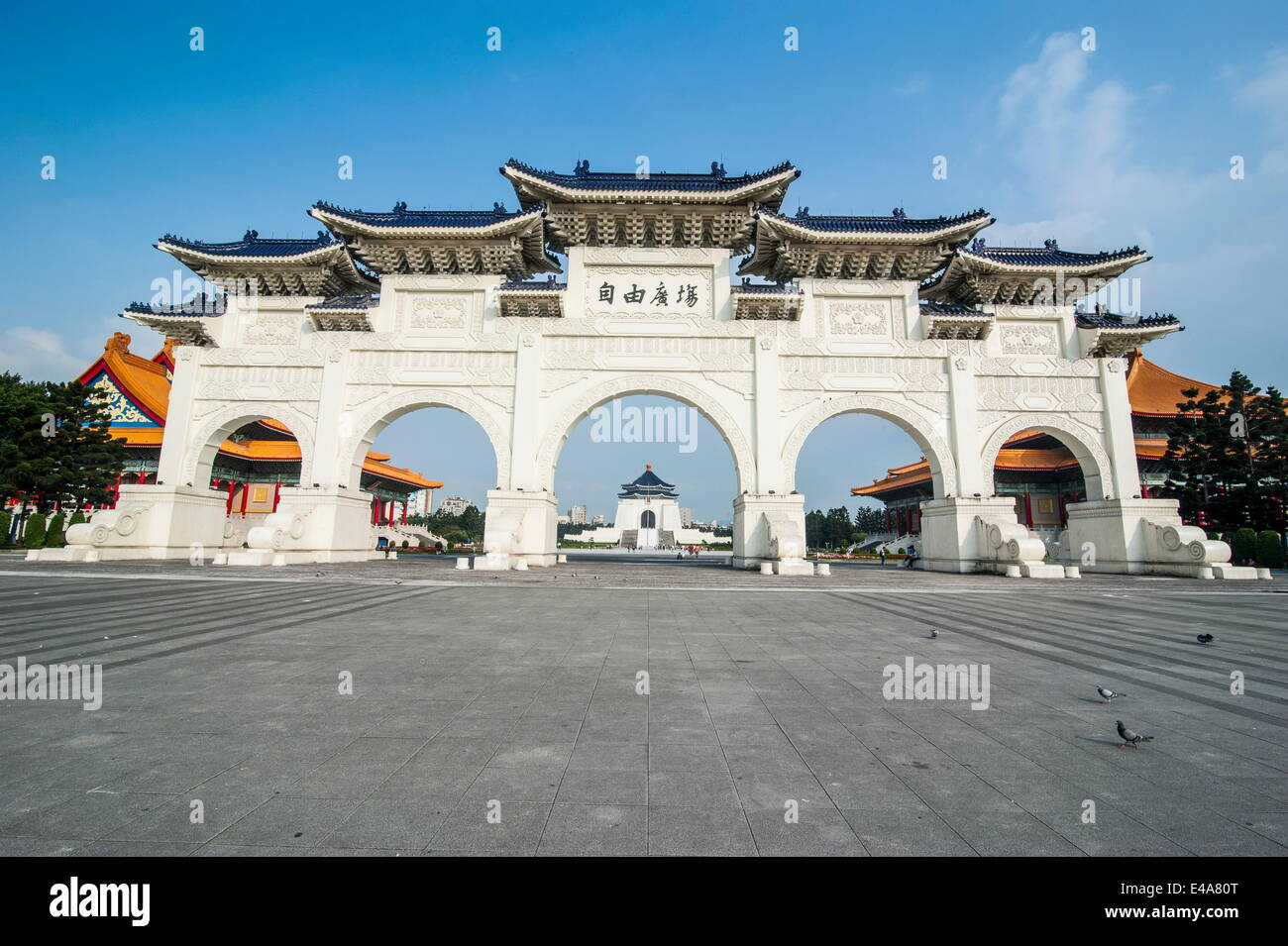 Huge gate in front of the Chiang Kai-Shek Memorial Hall, Taipei, Taiwan, Asia - Stock Image