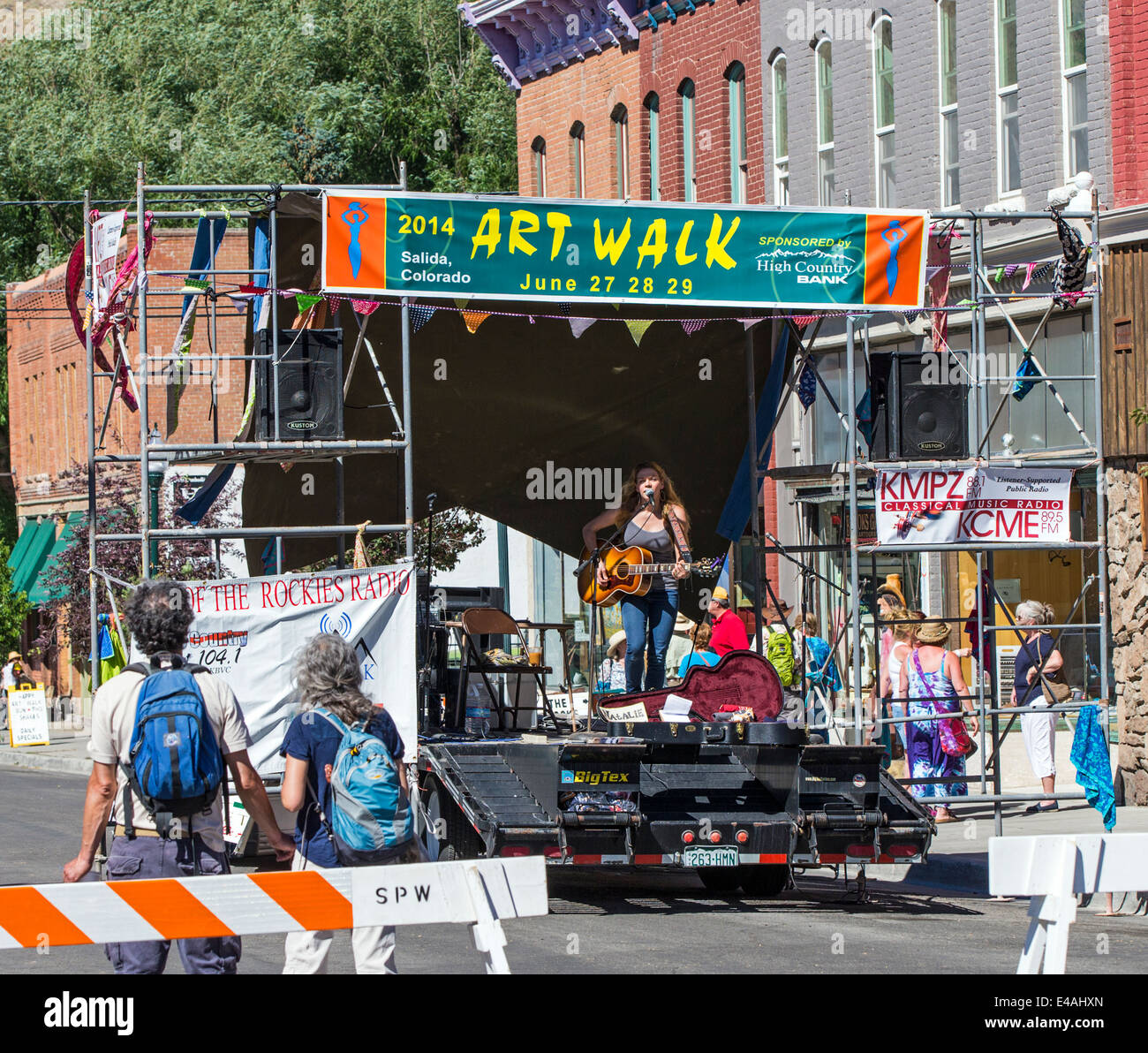 Musician playing for visitors during the annual small town ArtWalk Festival - Stock Image