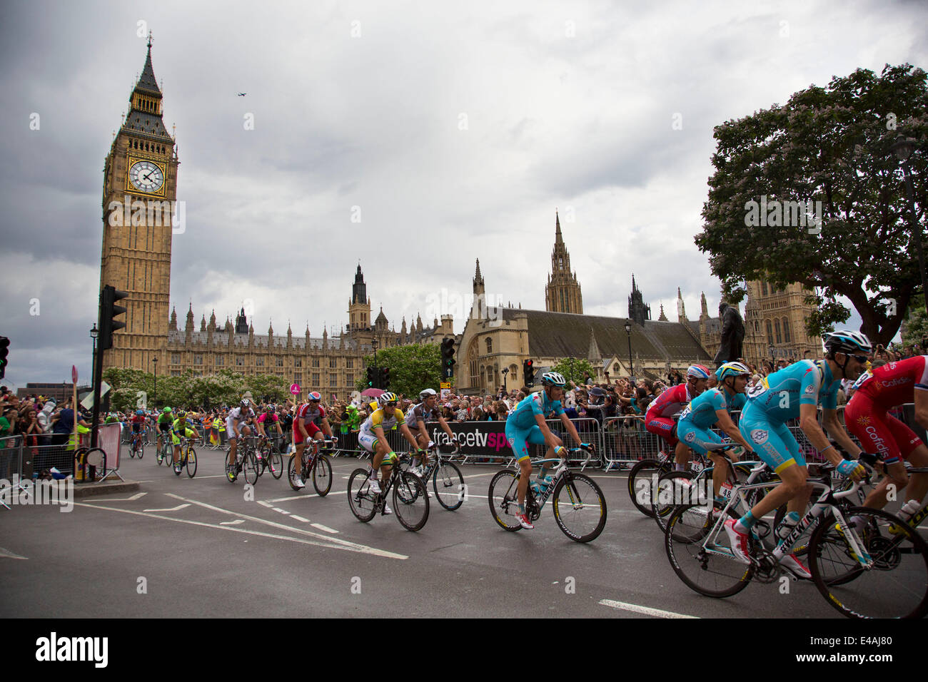 London, UK. Monday 7th July 2014. Tour de France passes the Houses of Parliament and Big Ben, whilst travelling Stock Photo