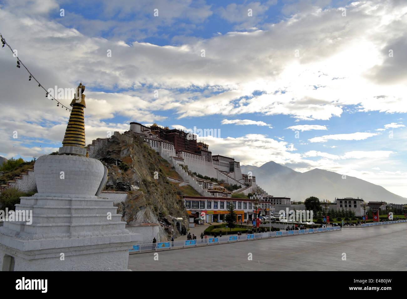Buddhist stupa and Potala palace in Tibet - Stock Image