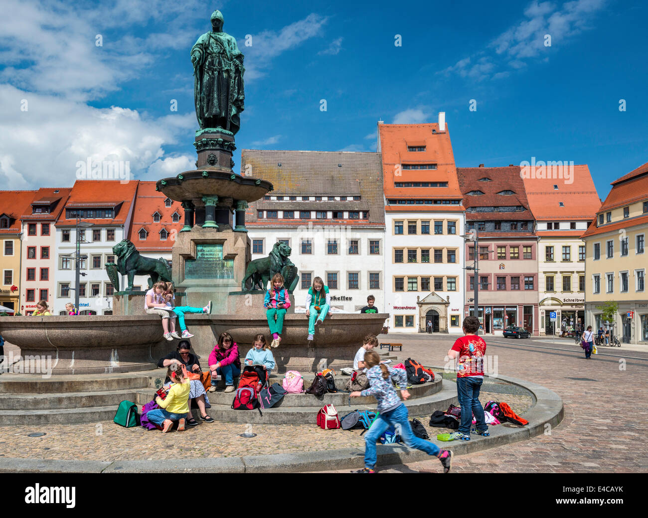 Children at statue of Margrave of Meissen Otto Der Reiche (Otto the Rich), Obermarkt (Upper Market) in Freiberg, - Stock Image