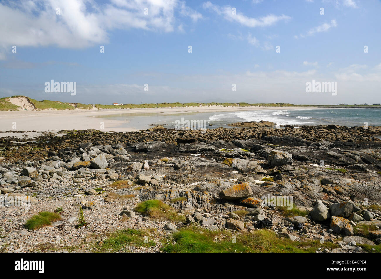 White Shell Sand Beach & Rocky shore of Culla Bay, Benbecula, Outer Hebrides - Stock Image