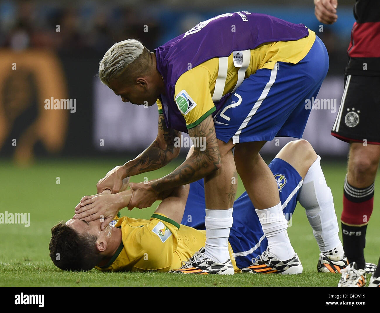 Belo Horizonte, Brazil. 8th July, 2014. Brazil's Oscar (bottom) is consoled by Dani Alves after a semifinal - Stock Image