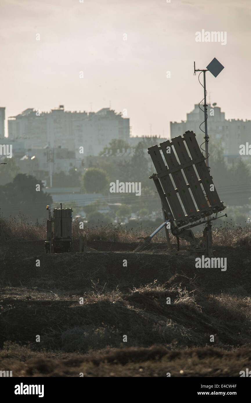 South Israel, Israeli city bordering the Gaza Strip. 8th July, 2014. An Iron Dome anti-missile shield system is - Stock Image