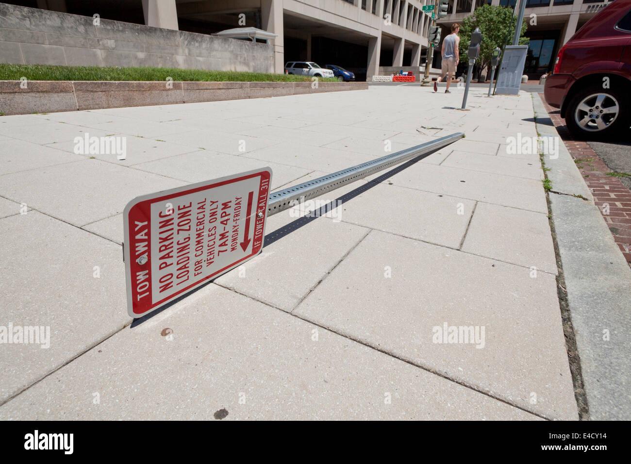 Fallen tow away sign - USA - Stock Image