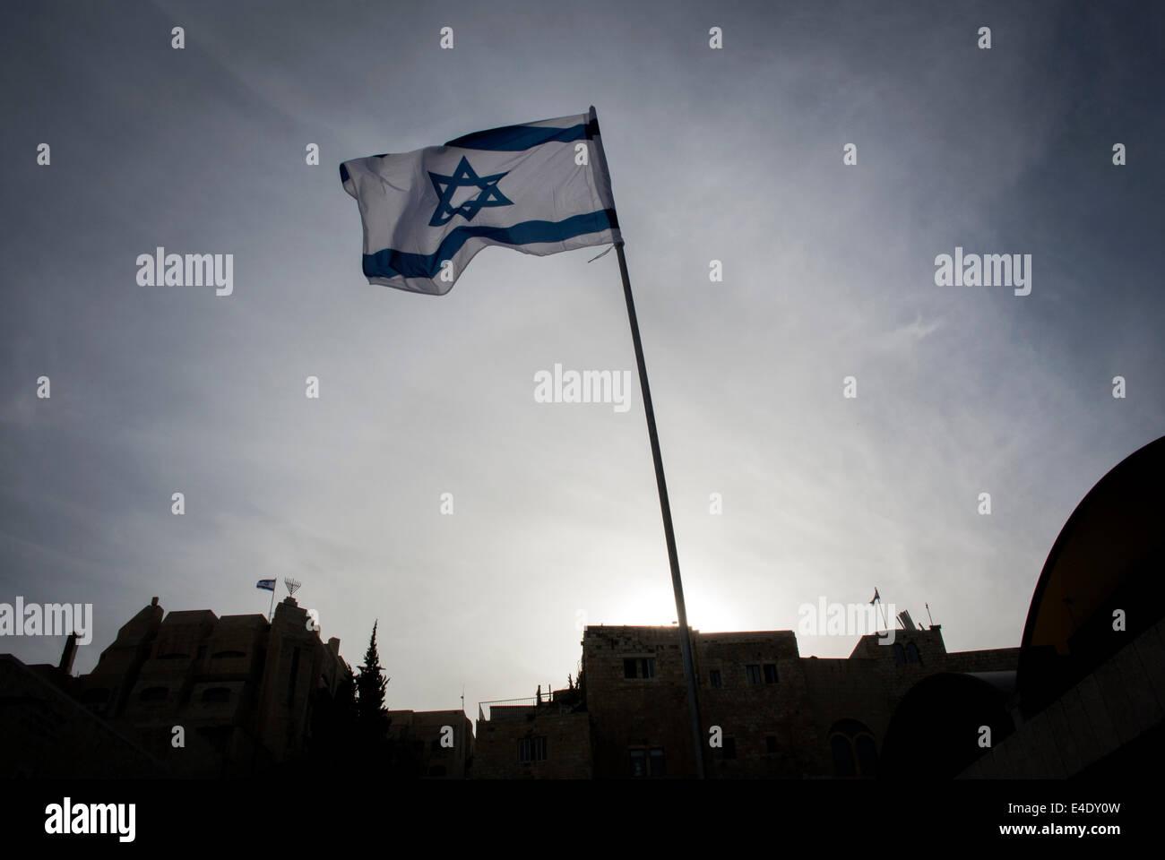 Israeli Flag flying near the Entrance to the Wailing Wall, Old City, Jerusalem, Palestine. - Stock Image