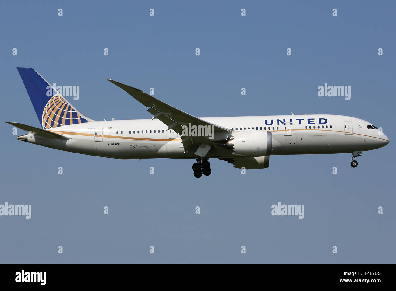 Tokyo Narita, Japan - May 16, 2014: A United Airlines Boeing 787 Dreamliner with the registration N26906 approaches - Stock Image