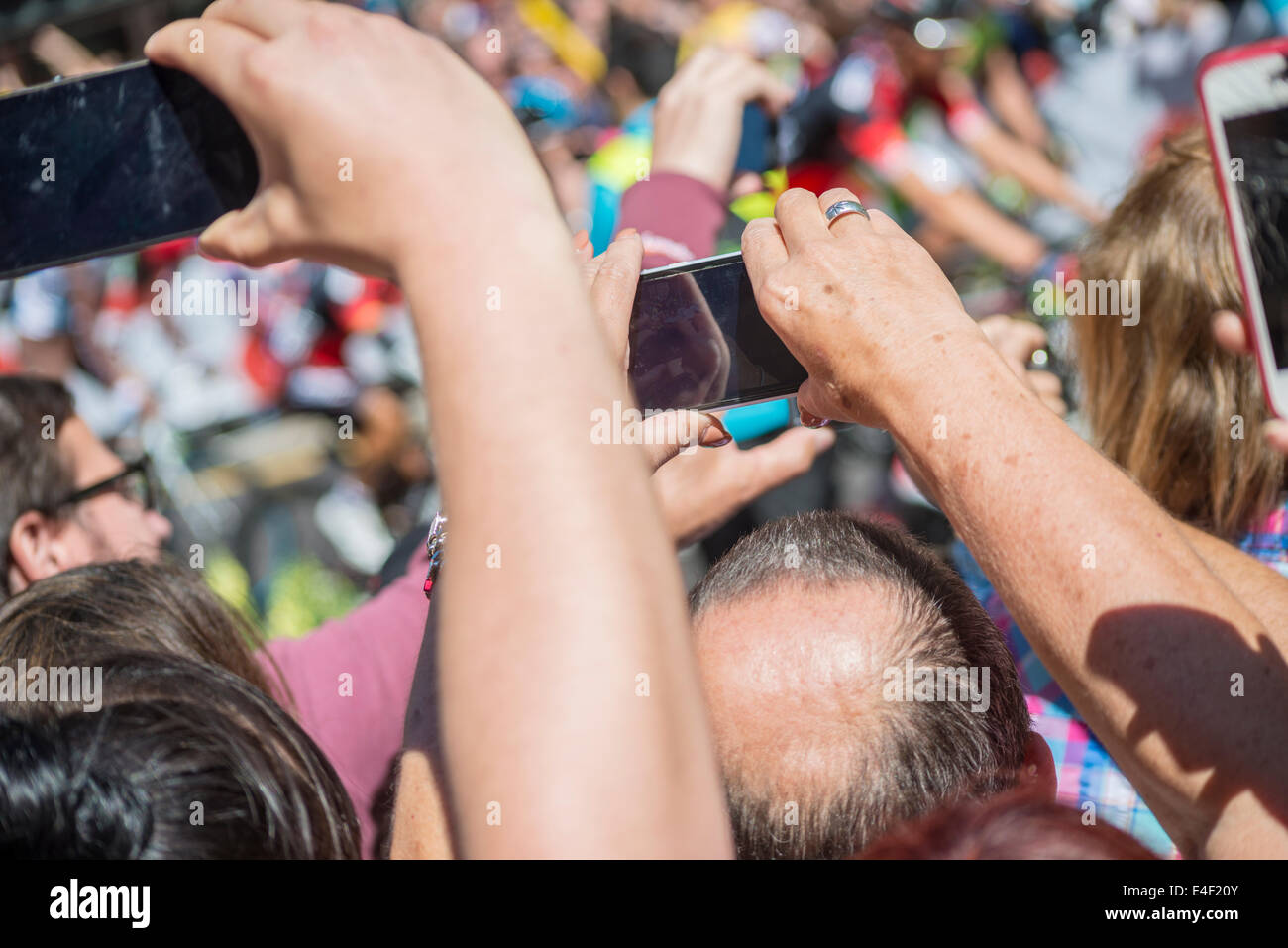 spectators with cameraphones - Stock Image