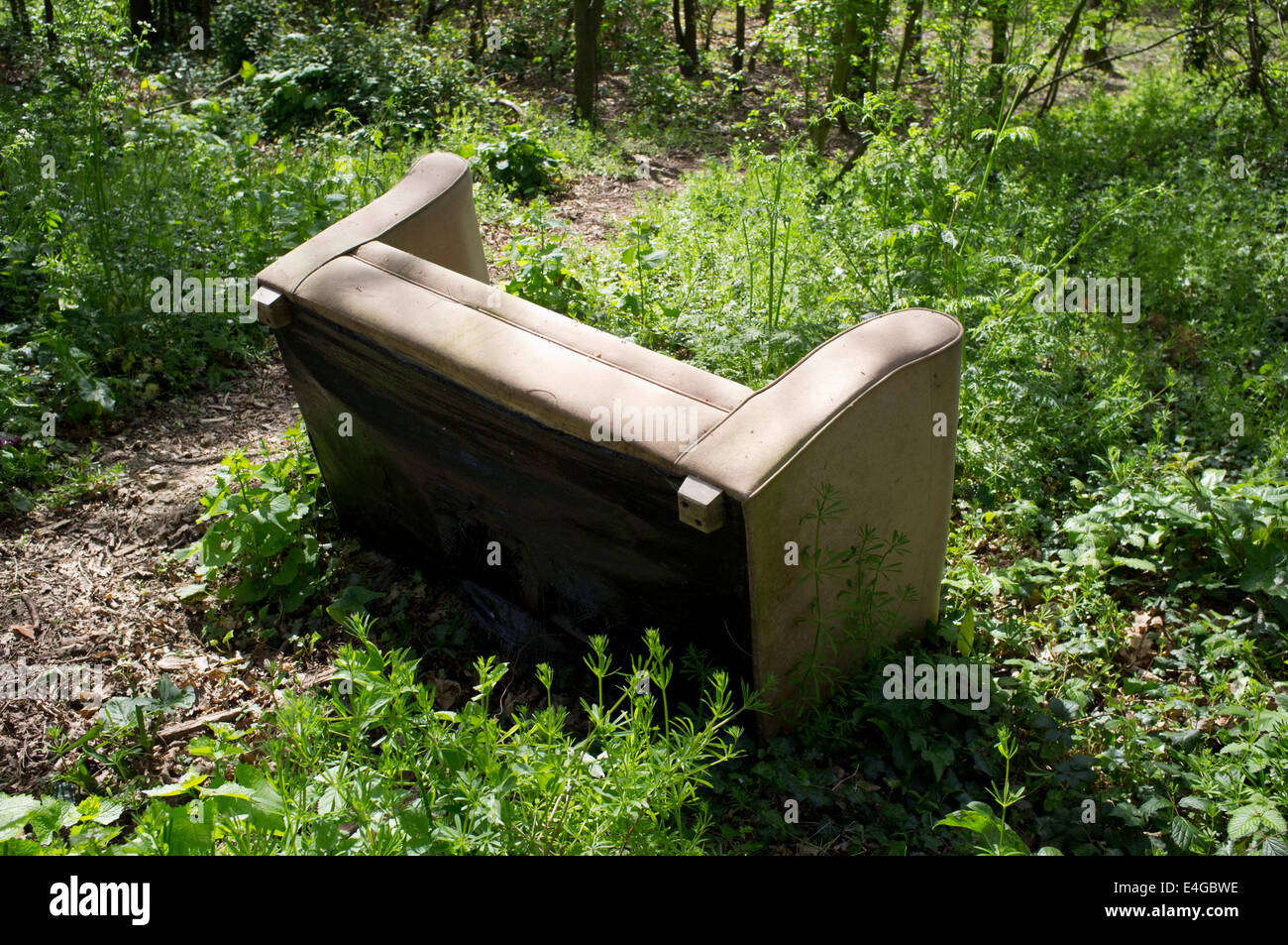 Abandoned settee in woods - Stock Image