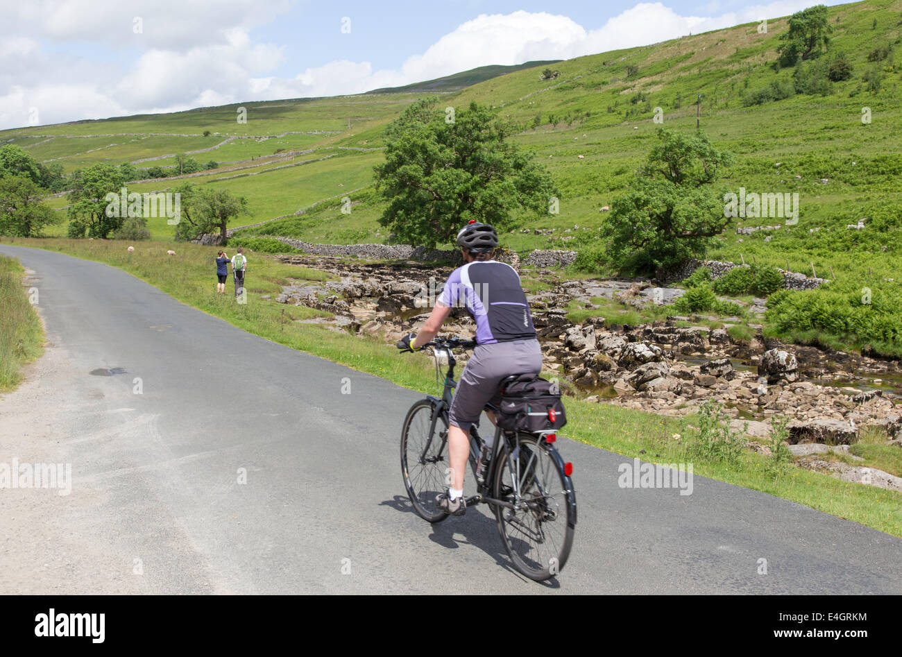 Cyclist in Wharfdale in the Yorkshire Dales National Park, North Yorkshire, England, UK - Stock Image