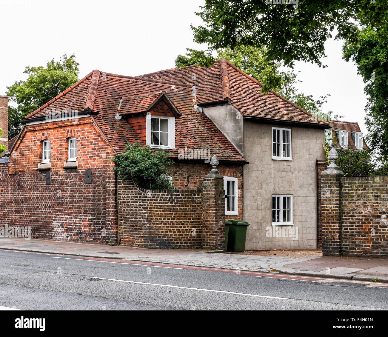 Lovely Historic red brick house with tiled roof in Twickenham, Greater  YF54