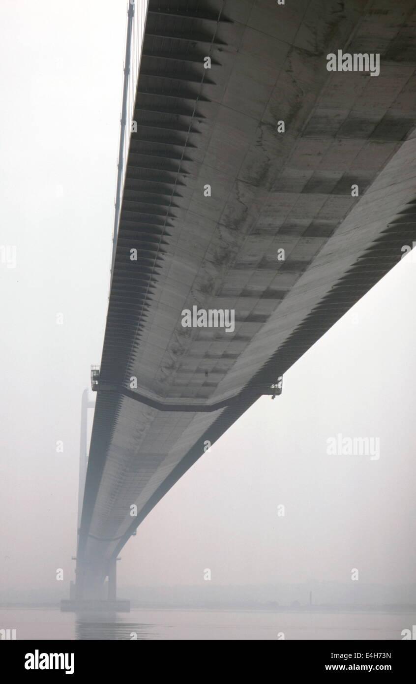 AJAXNETPHOTO. HULL,ENGLAND-RIVER CROSSING-THE 2,220 METER LONG HUMBER SUSPENSION ROAD BRIDGE.PHOTO:JONATHAN EASTLAND/AJAX - Stock Image