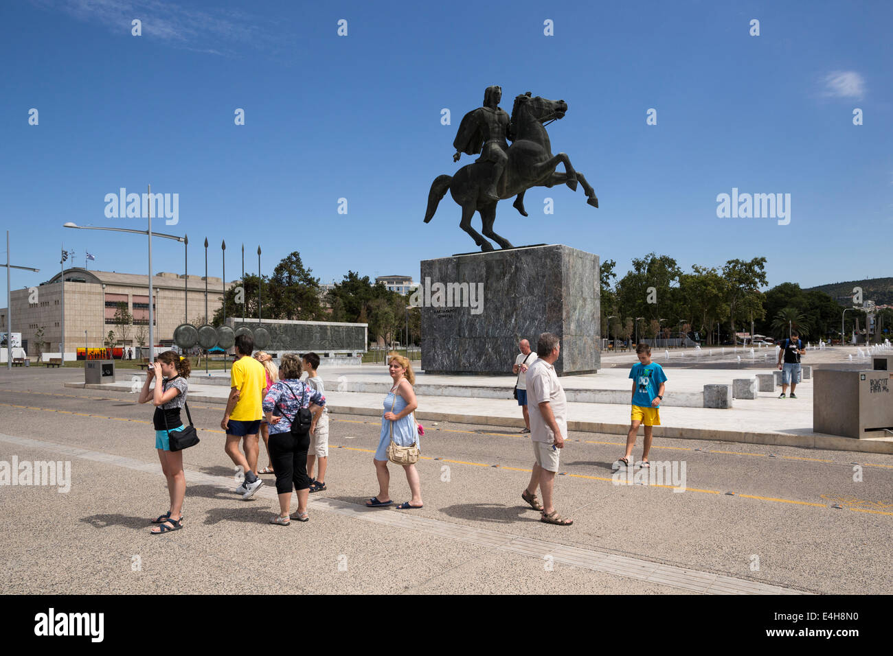 Tourists in front of a statue of Alexander the Great and his horse Bucephalus, during a sunny morning, in Thessaloniki, - Stock Image